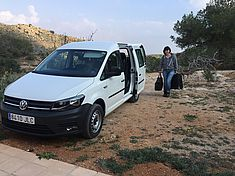 TREDY-fashion Online Magazin. Making-of Shooting in Alicante Spanien. Transporter auf der Straße