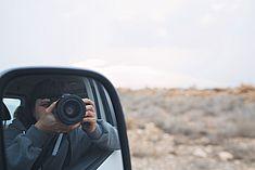 TREDY-fashion Online Magazin. Making-of Shooting in Alicante Spanien. Fotografin im Seitenspiegel.
