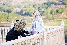 TREDY-fashion Online Magazin. Making-of Shooting in Alicante Spanien. Model am Balkon