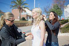 TREDY-fashion Online Magazin. Making-of Shooting in Alicante Spanien. Das Model wird von Visagistin zurecht gemacht.