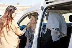 TREDY-fashion Online Magazin. Making-of Shooting in Alicante Spanien. Model sitzt im Auto und wird geschminkt.