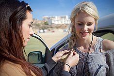 TREDY-fashion Online Magazin. Making-of Shooting in Alicante Spanien. Dem Model werden die Haare von der Visagistin geflochten.