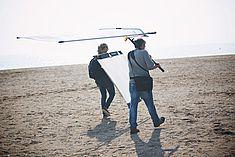 TREDY-fashion Online Magazin. Making-of Shooting in Alicante Spanien. Licht Reflektoren Sunbouncer am Strand
