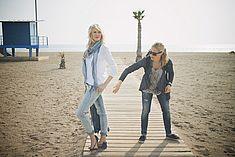 TREDY-fashion Online Magazin. Making-of Shooting in Alicante Spanien. Model posiert am Strand.