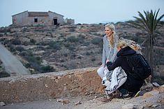 TREDY-fashion Online Magazin. Making-of Shooting in Alicante Spanien. Model posiert auf einer Mauer.